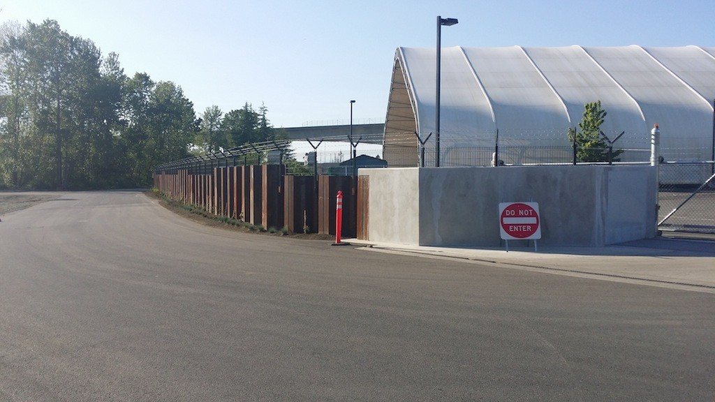 Passive floodgate and sheet pile flood wall at Tacoma CTP